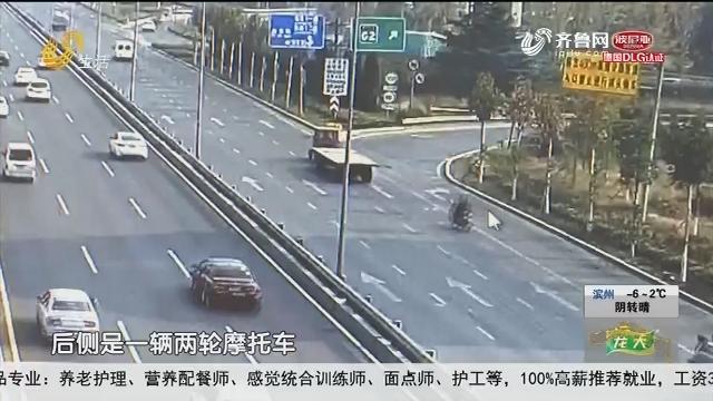 临沂:急速摩托车 径直冲向大车