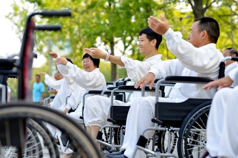 轮椅上打太极 打出生命第二春