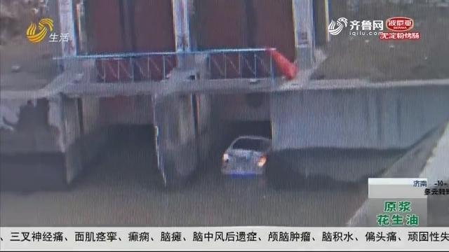 淄博:男子开车进河 村民砸车救人