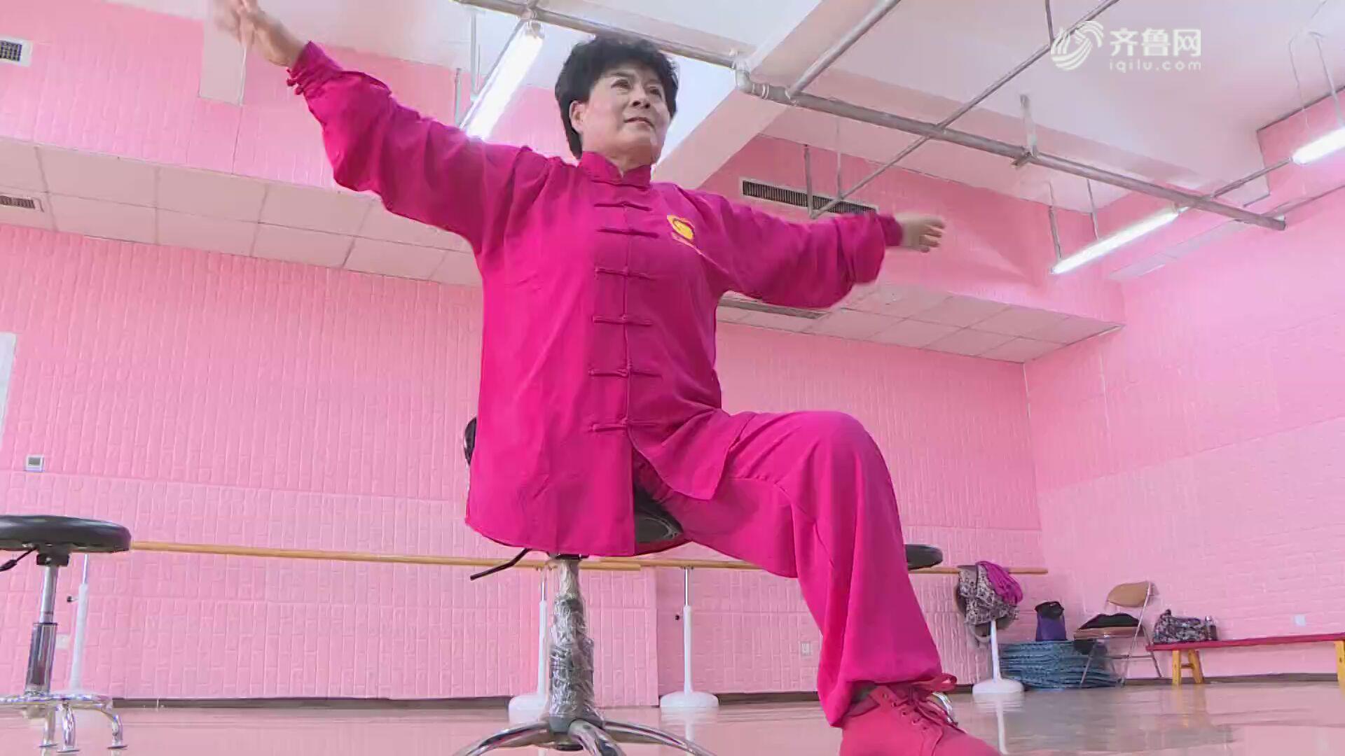 失去右腿不放弃 55岁阿姨练成转椅太极拳