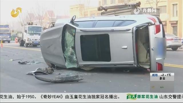 潍坊:一头撞上路障 宝马几近报废