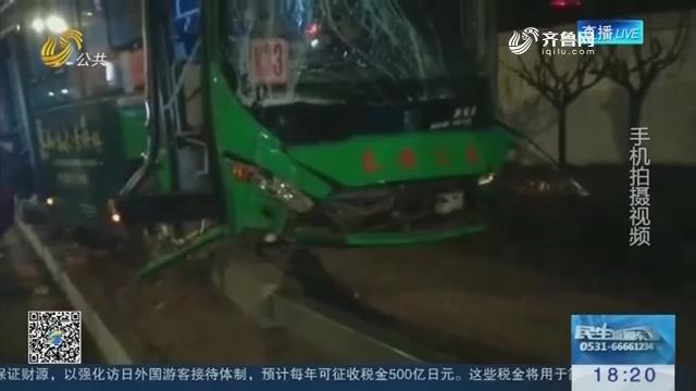 泰安:公交车穿越黄线撞上路灯杆