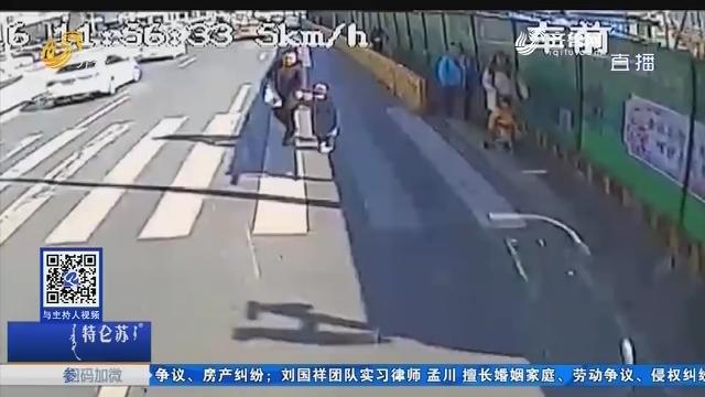 青岛:斑马线上停车礼让 妈妈牵着幼儿鞠躬致谢