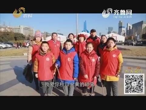 """注册送88体验金:泉城广场上的""""红马夹"""""""