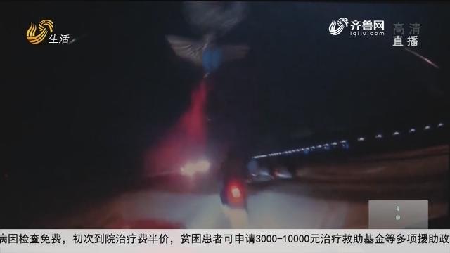 济宁:轿车开上隔离带 失控撞飞摩托车