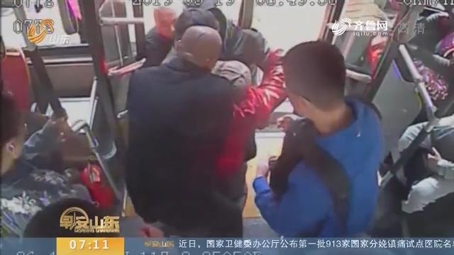 【闪电新闻排行榜】济南:乘车老人突发心脏病 热心公交司机伸援手