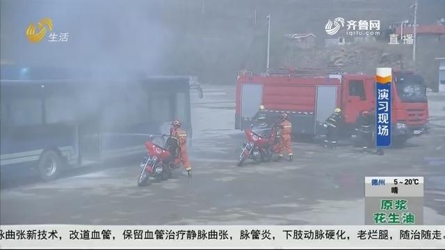 """济南:紧急!公交""""起火"""" 民警破窗救人"""
