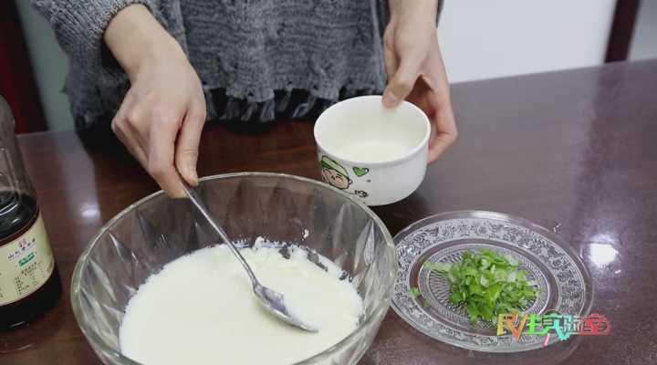 《生活大求真》:豆浆巧变豆腐脑,方法很简单,在家就能轻松做!