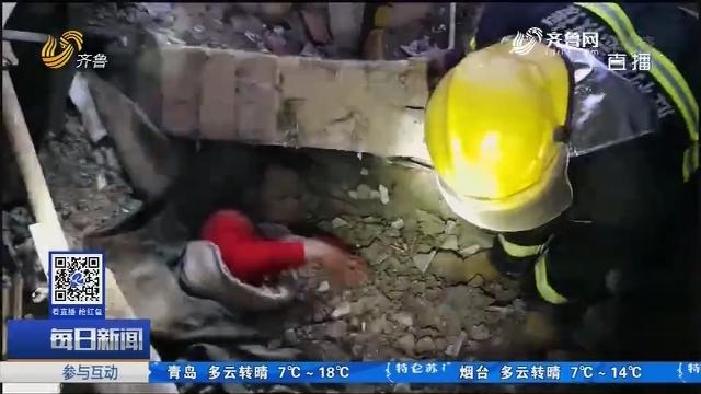 东营:货车撞塌民房 男子被埋进废墟 紧急救援生死一线