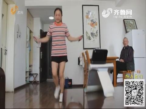 济南:53岁大妈爱跳绳 一分钟能跳280