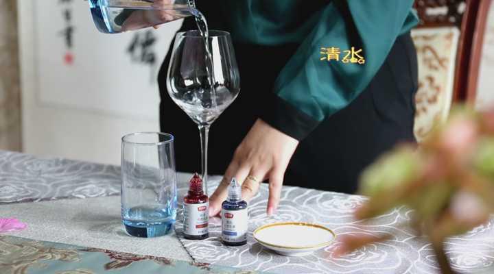《生活大求真》:品酒师揭行业黑幕:两精两素勾兑红酒,你能分出真假吗?