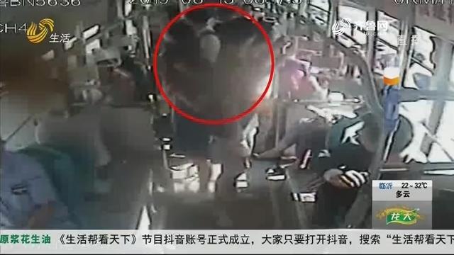青岛:公交行驶中 车厢里传来呼救声