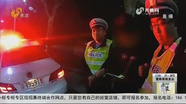 潍坊:夜查渣土车 司机闯卡跑了?