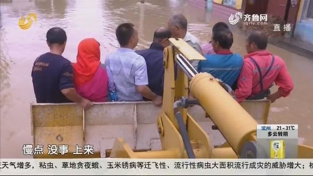 东营:村民用铲车架起救援通道