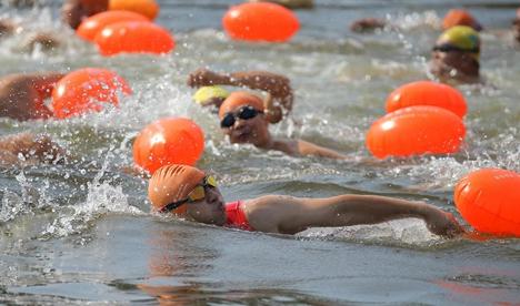 横渡刘公岛海湾公开水域游泳国际邀请赛举行