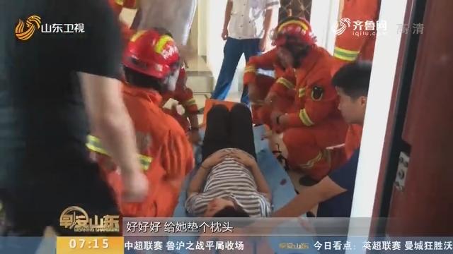 【闪电新闻排行榜】邹城:电梯停运 消防员23楼托下临产孕妇