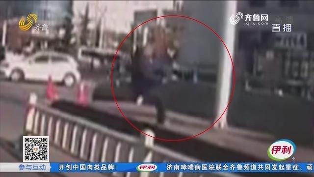泰安:老人摔倒在地 小伙下车救人
