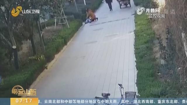 【闪电新闻排行榜】济南:老人突然晕倒 医生路过跪地施救
