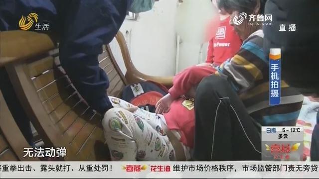 枣庄:疼哭了!五岁女童腿卡进沙发缝