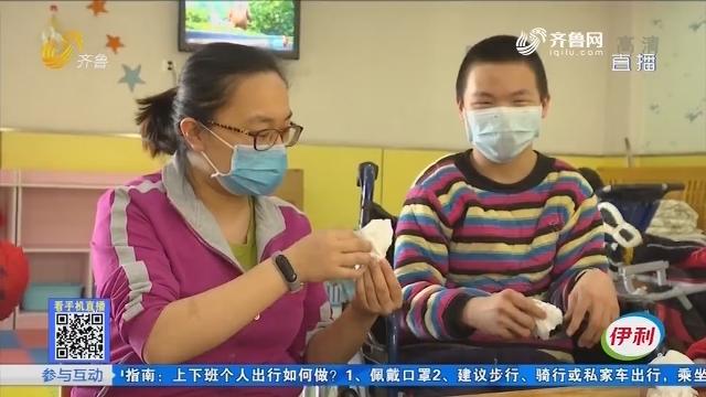 济南:亲亲妈妈 为福娃撑起一片安全天空