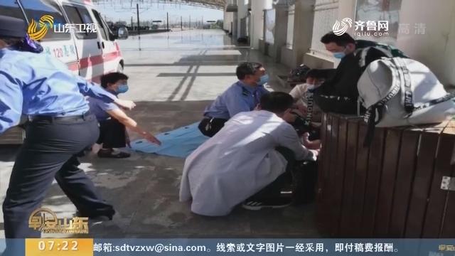 聊城:孕妇刚下火车突然分娩 工作人员用制服搭成产床接生