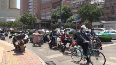 济南:骑电动车戴头盔的驾驶人不足两成