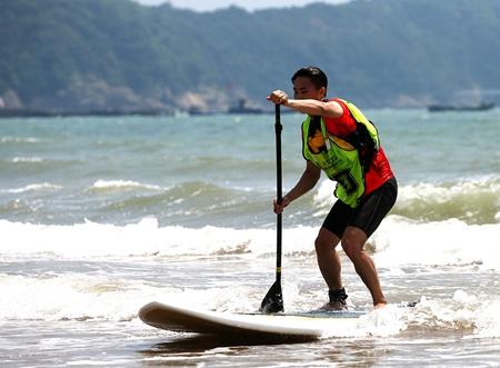 """威海荣成:""""海上嘉年华""""  体验桨板冲浪运动"""