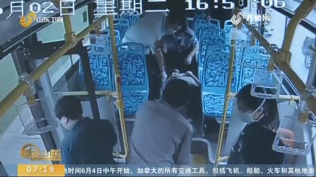 淄博:高温导致乘客晕倒 公交司机紧急施救