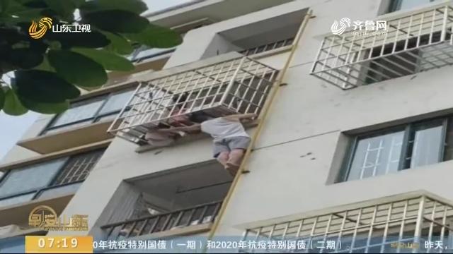 """广西南宁:女童头卡防盗窗命悬一线 热心市民上演""""最美托举"""""""