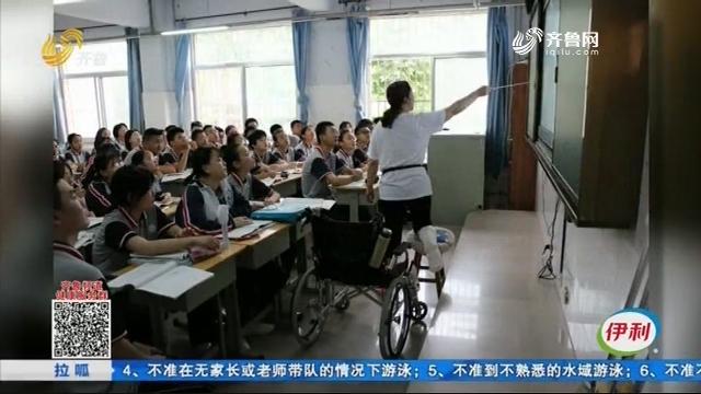 博兴:拼了!打着石膏给学生上课