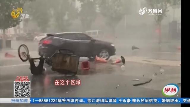 淄博:老人大雨中骑三轮被风刮倒