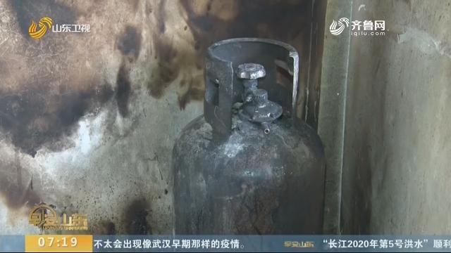 菏泽:民警化身消防员 三次上楼扑灭着火煤气罐