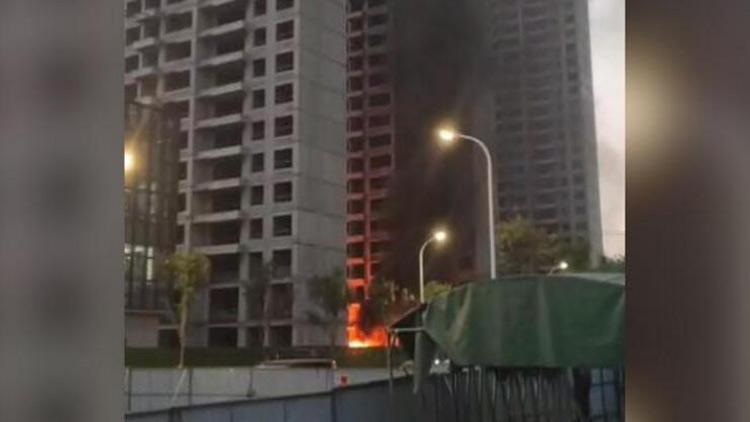 淄博一在建工地起火,或抽烟引燃建材