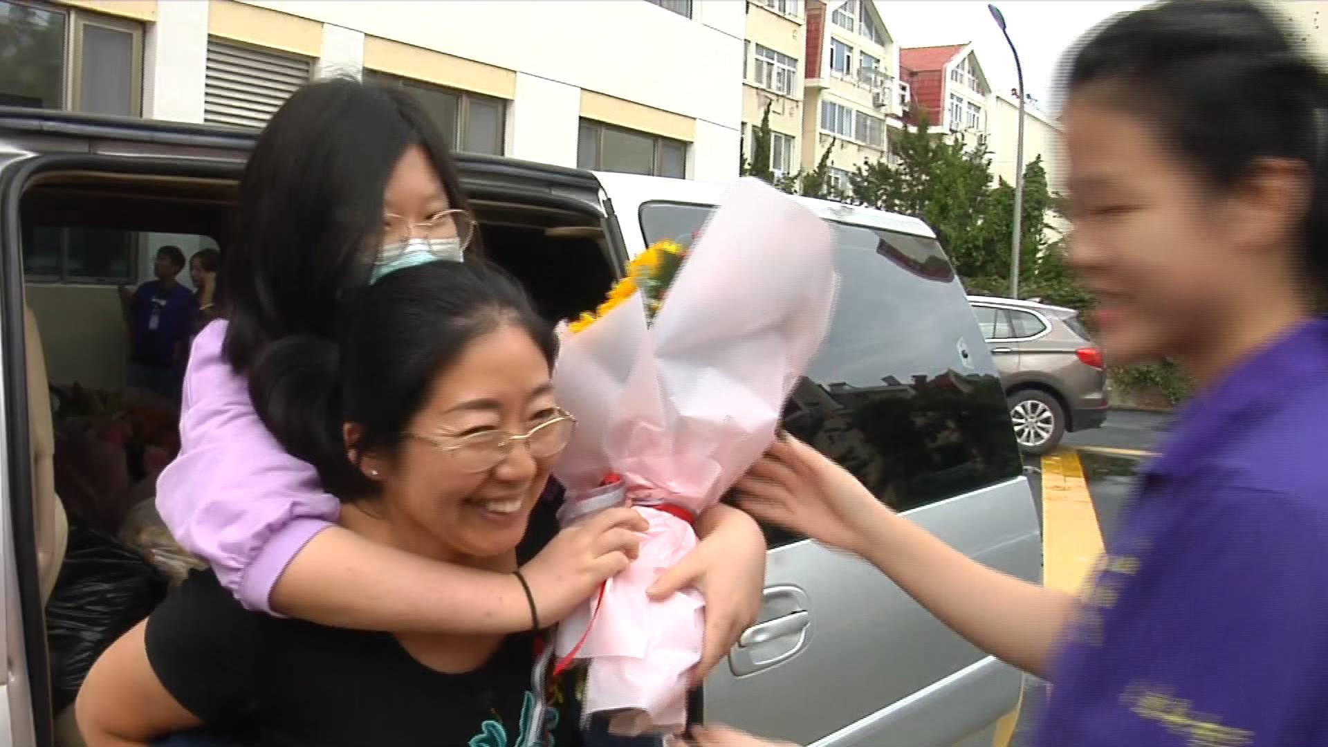 妈妈背着上大学  残疾女孩青岛大学报到《山东教育周刊》20200920播出