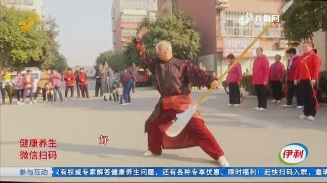 宁阳:观众面前耍大刀 80多岁老爷子闲不住