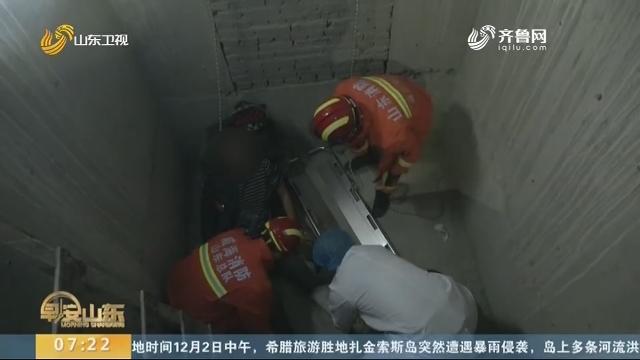 威海:工人跌入6米深电梯井 消防紧急救援