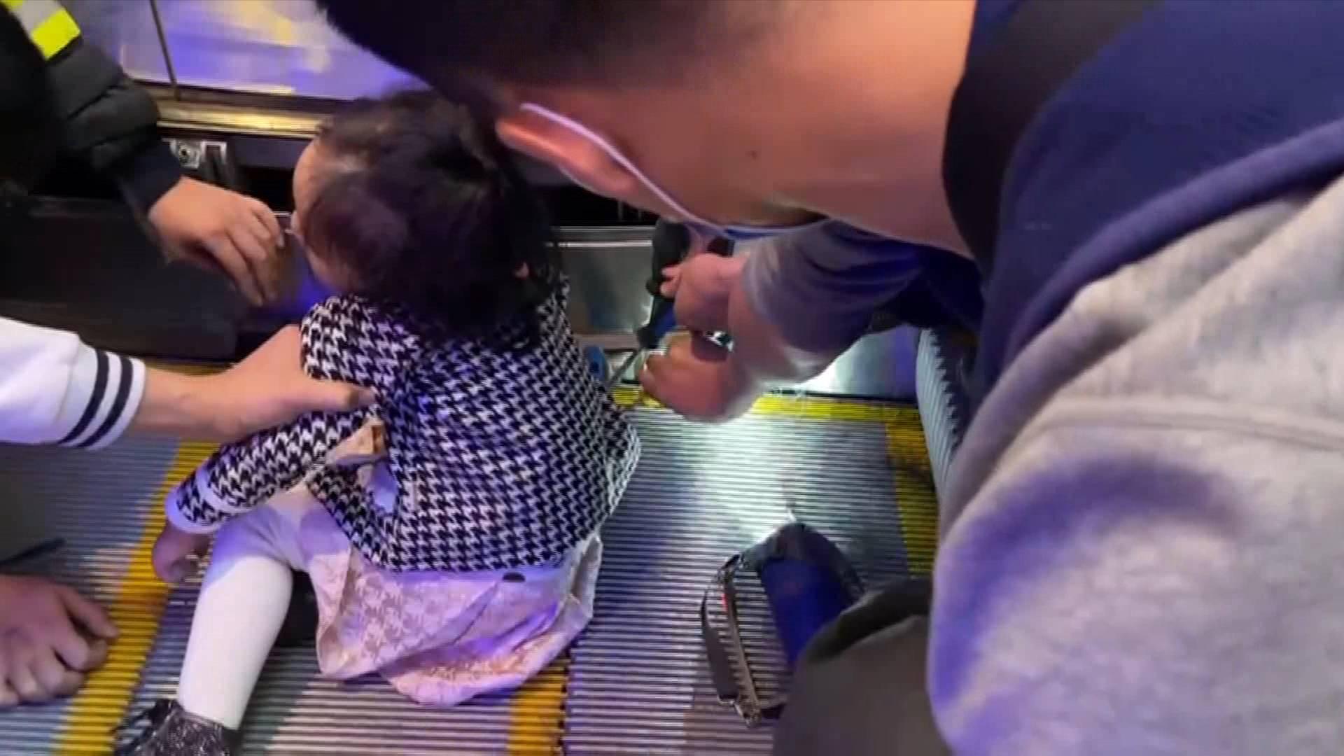 《应急在线》20210124:女童4手指卷入扶梯 紧急救援脱险