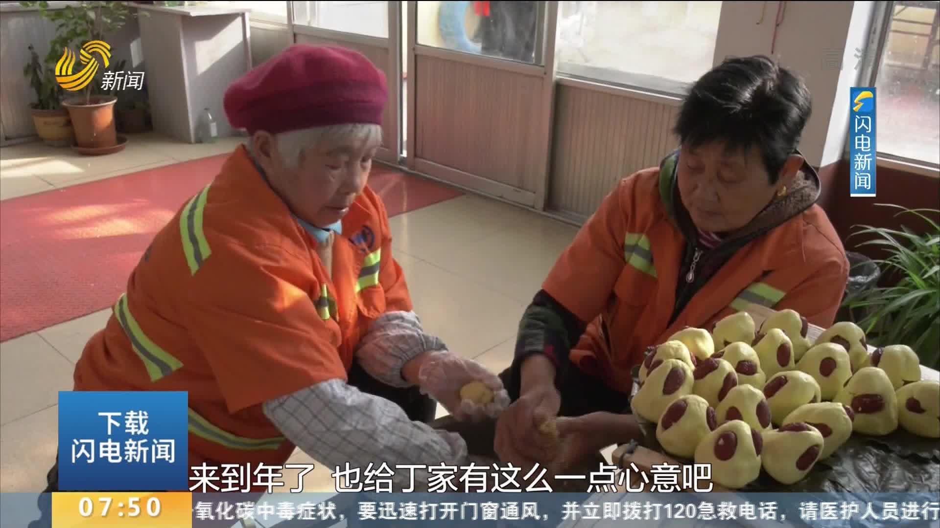 青州环卫工人为多年来提供免费早餐的店家送年糕