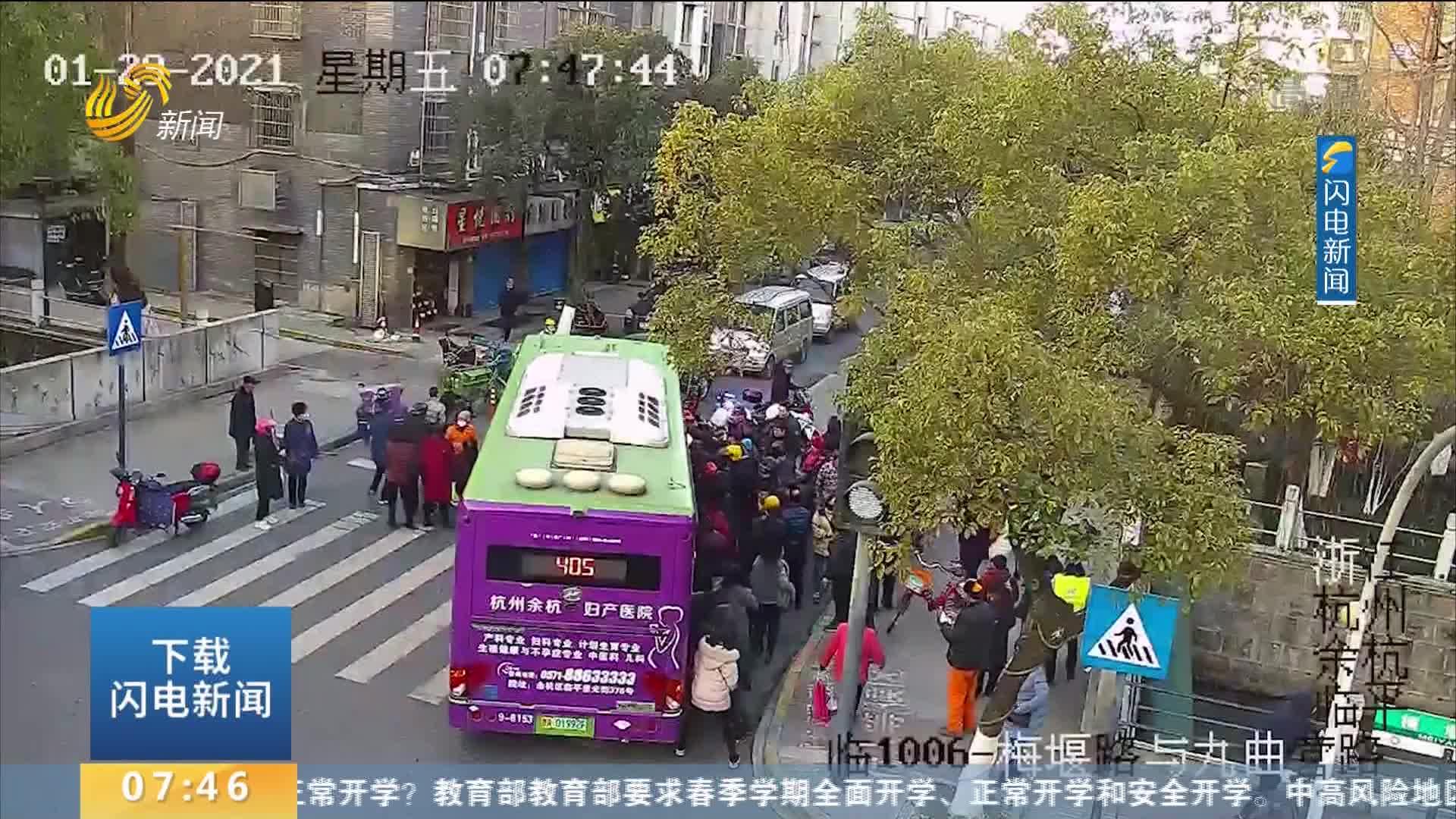 老人被卷车底 众人合力抬起公交车