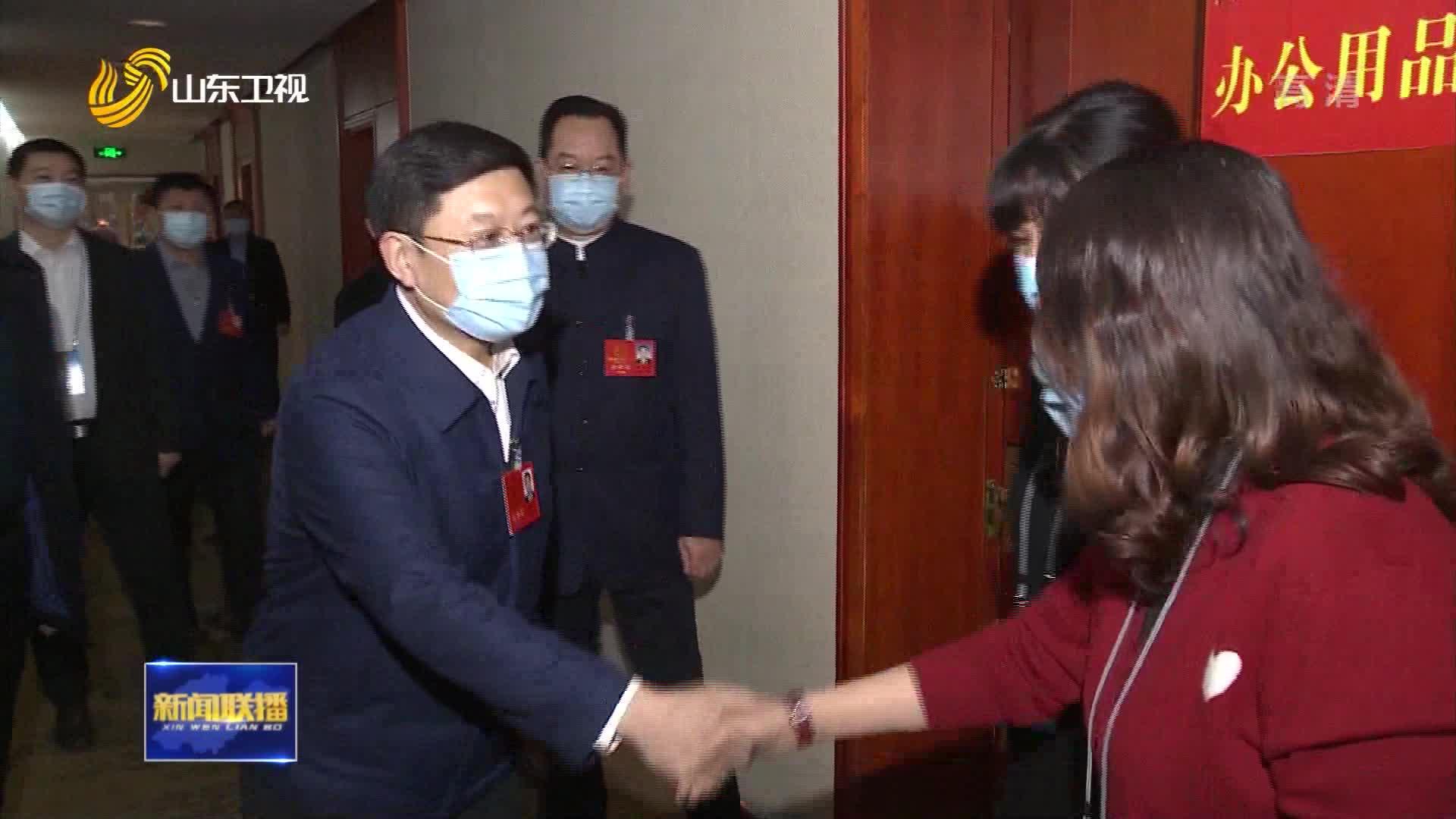 【直通两会】王良看望省十三届人大五次会议秘书处工作人员