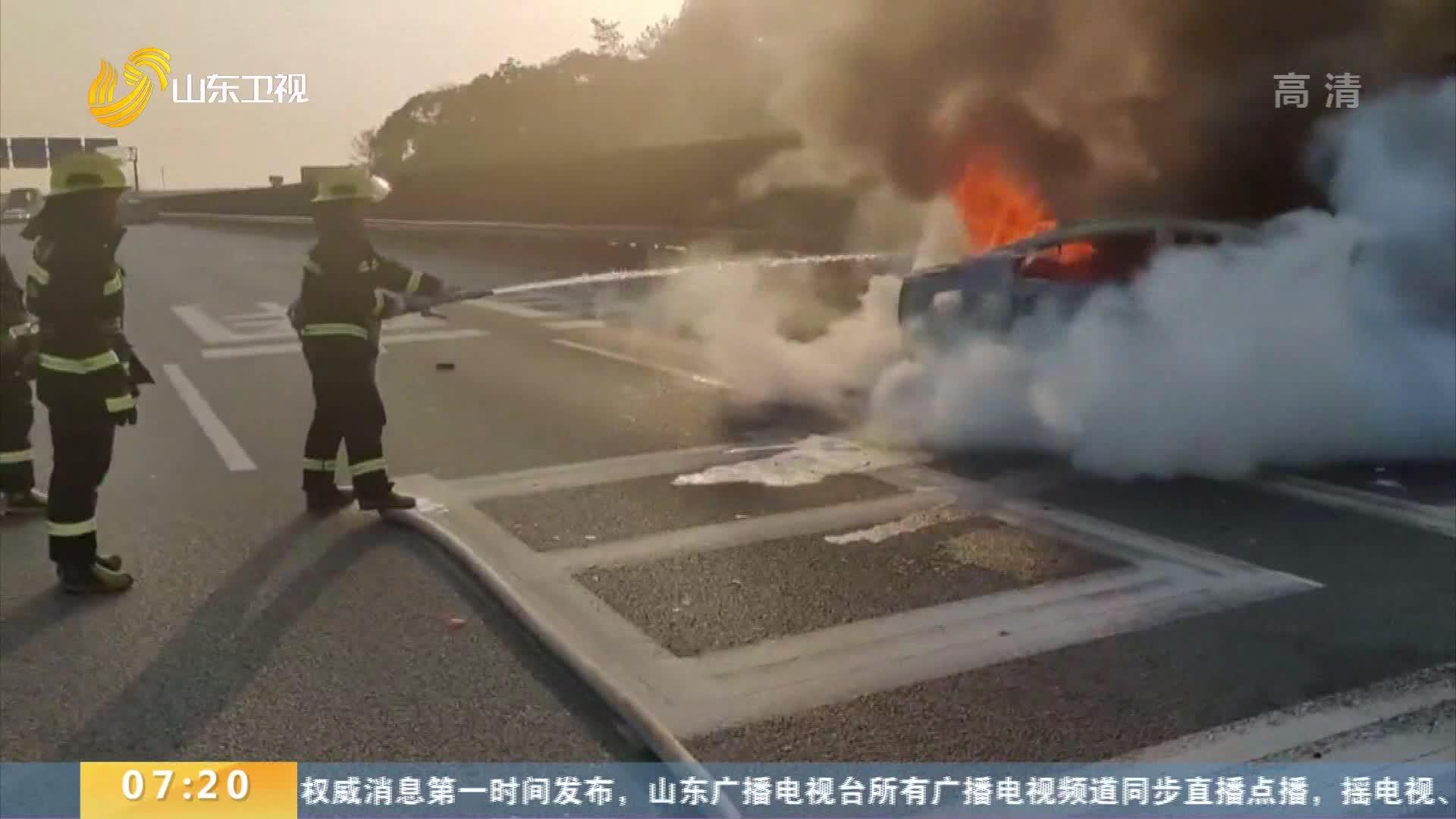 点赞!高速路上百余辆车为消防车让道