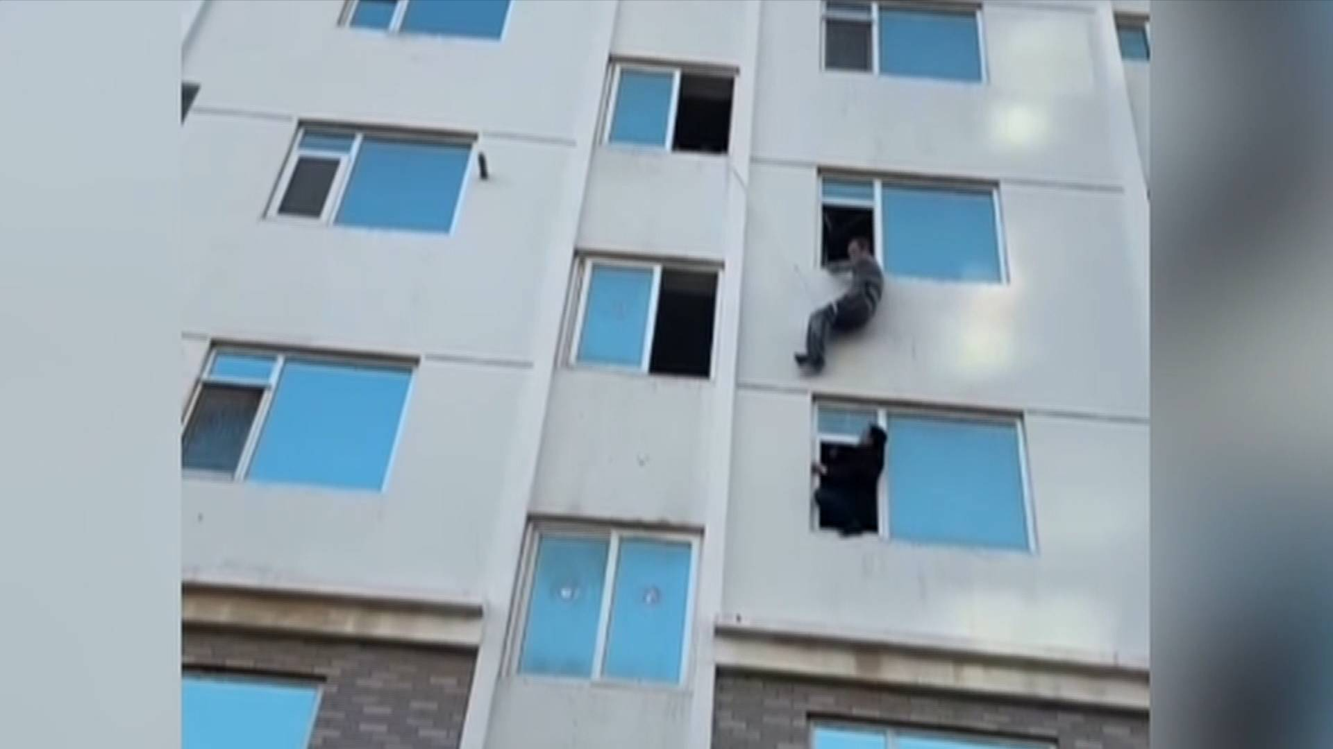 《应急在线》20210404:烟台:为取钥匙被困窗外  紧急空降来救援