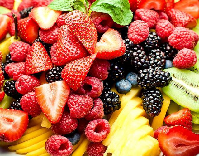 正确答案是:可以吃水果,但要有节制地吃。 每2两水果中含糖量少于10克的水果,包括青梅、青瓜、西瓜、椰子水、橙子、柠檬、葡萄、桃、李、杏、枇杷、菠萝、草莓、樱桃、橄榄等。此类水果每2两可提供20~40千卡的能量,糖尿病人可以选用。 慎重选用 每2两水果中含糖量为11~20克的水果,包括香蕉、石榴、甜瓜、橘子、柚子、苹果、梨、荔枝、芒果等。此类水果每100克可提供50~90千卡能量。糖尿病病人宜小心选用,每天可以吃一种中的一只。 不宜选用 每2两水果中含糖量高于20克的水果,包括红枣、红果,特别是干枣、蜜