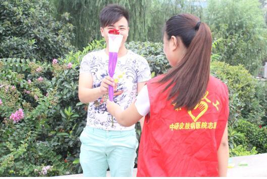 爱情刻不容缓 济南中研志愿者七夕街头玫瑰让爱弥漫