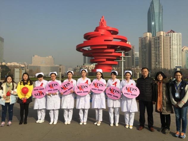 助力2016世界艾滋病日美女护士举牌青岛五四广场