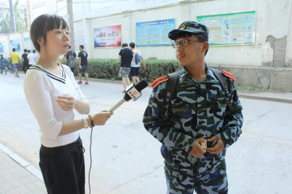 发扬部队不屈精神 泉城义工中研志愿者慰问2017军训新生