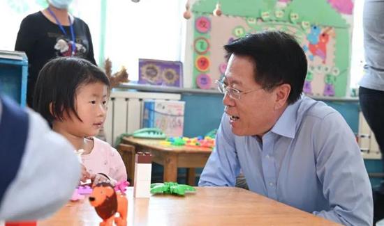 淄博市委书记江敦涛走访看望少年儿童 为孩子送上节日祝福