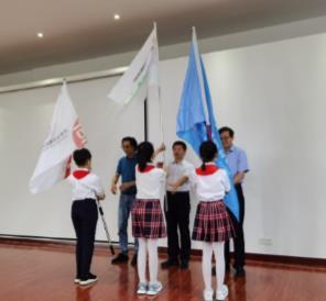 体验像科学家一样的研究——济南市混合式项目化暑期作业项目启动 暨授旗仪式