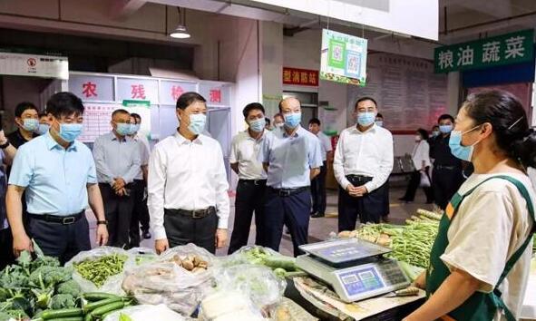 王安德在调研节日期间市场供应和食品安全工作